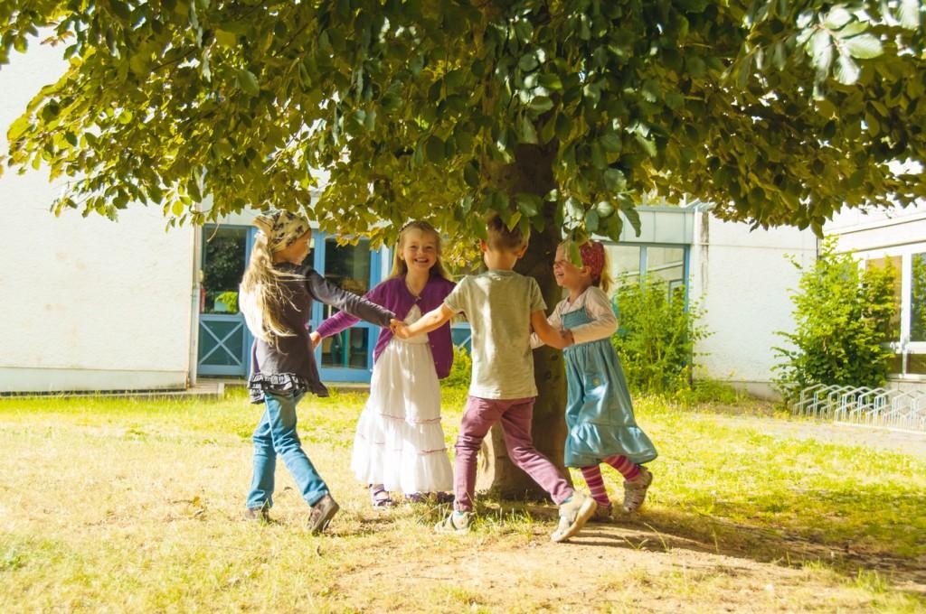 Veytalschule_Kinder-unter-Baum