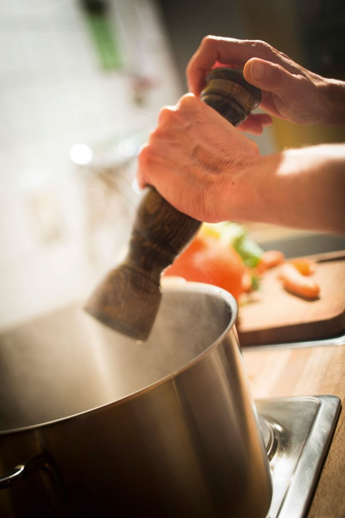 kochen-salzen-topf