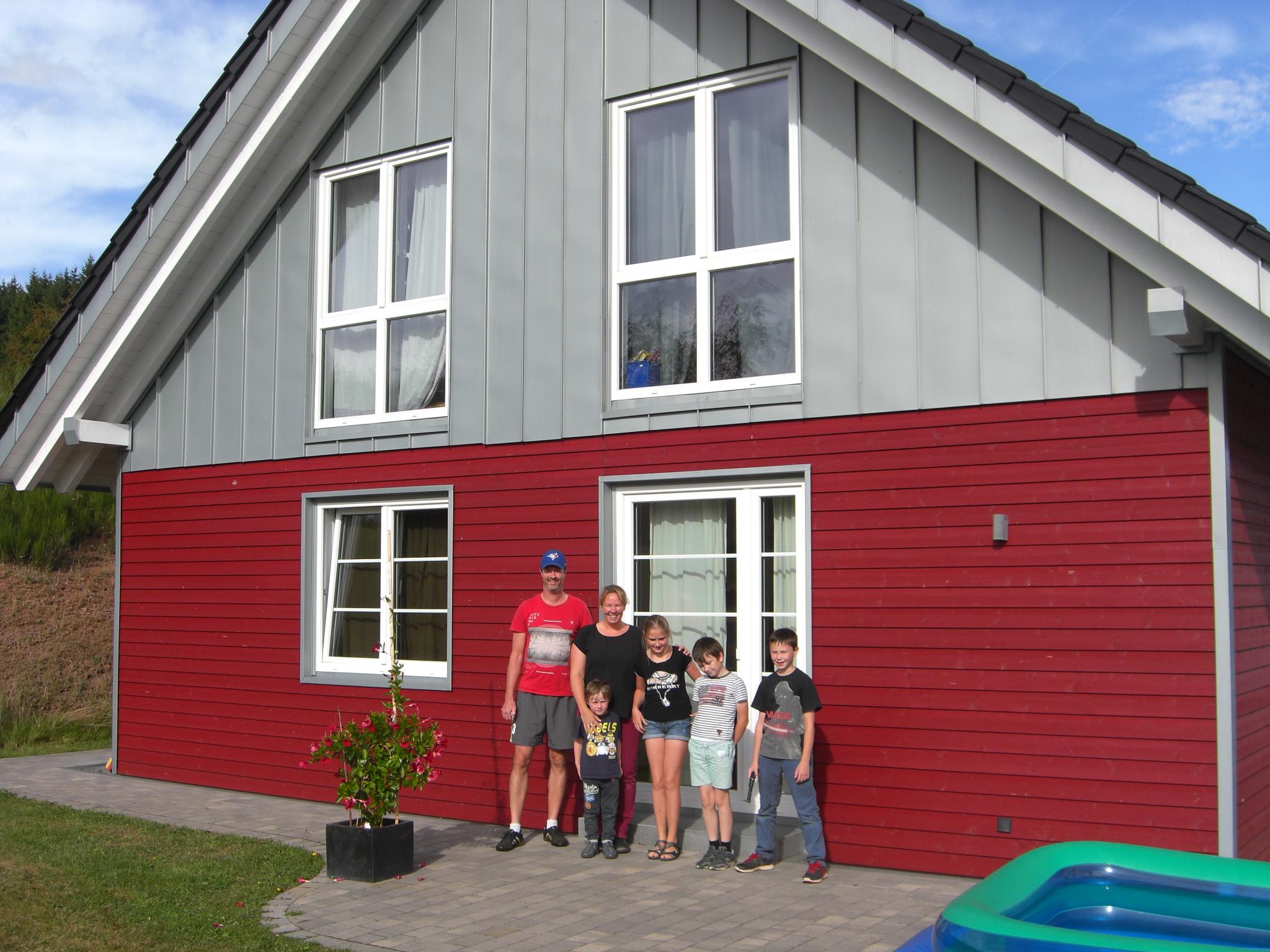 Familie Brandenburg Vor Ihrem Holzbauhaus Im Waldpark Dahlem