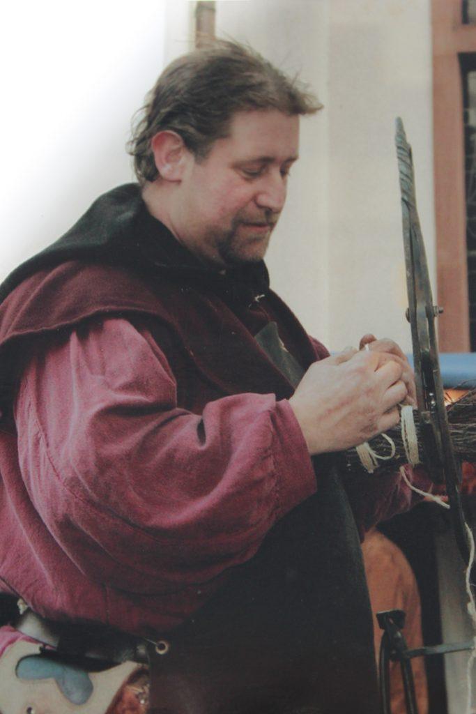 Michael Roos aus Mechernich beim Besenbinden.