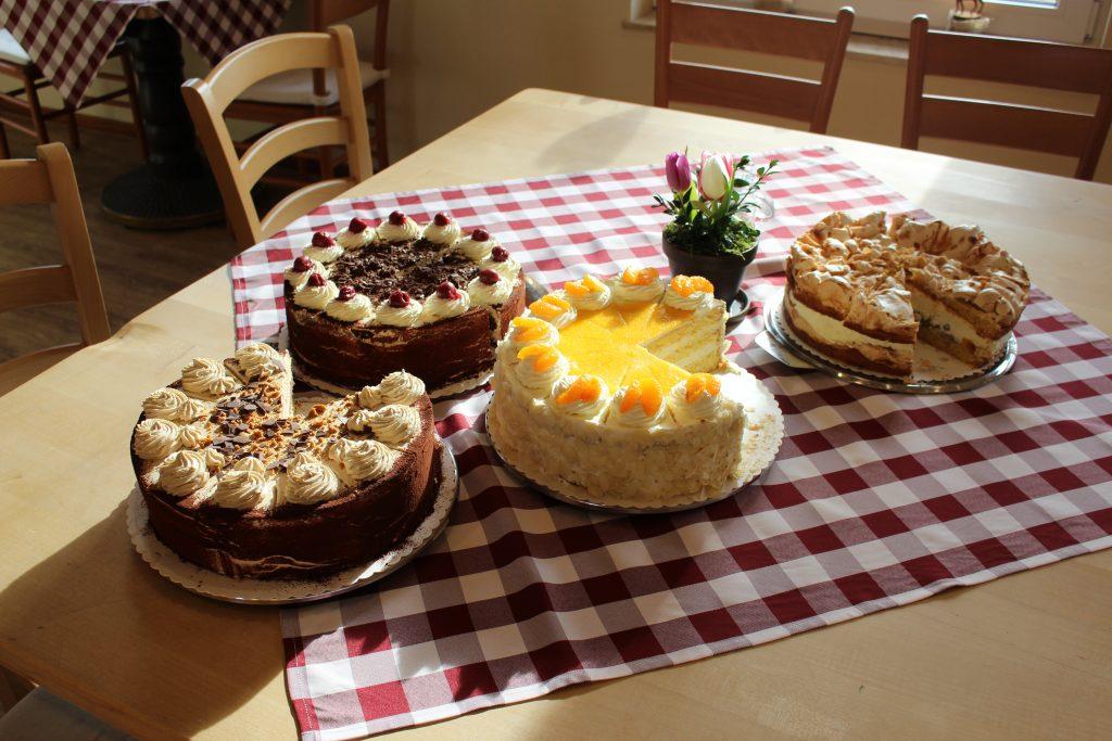 Leckere, selbst gebackene Kuchen im Cafe Em Höhnerstall