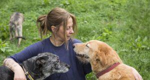 Claudia Schneidereit und zwei ihrer Hunde