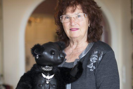 Adelheid Grimm und ein Gothic Teddy