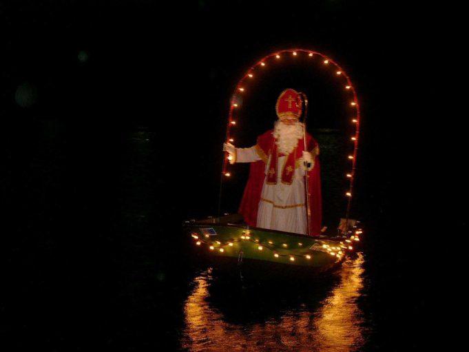 Besuch vom Nikolaus auf dem Weihnachtsmarkt in Rurberg.
