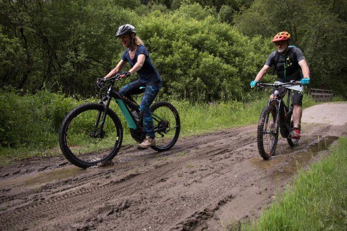 Keine Scheu vor Matsch! E-Mountainbike sind voll geländetauglich.