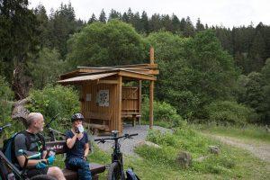 Pause am Walderlebnisparcours Kölsch Kier - auch ein E-Mountainbike fährt nicht von allein.