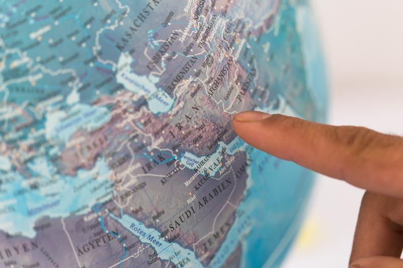 Golab Mohammadi zeigt sein Heimatland auf dem Globus