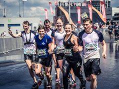 Francesca Klein und ihr Team laufen gemeinsam durchs Ziel beim StrongmanRun.