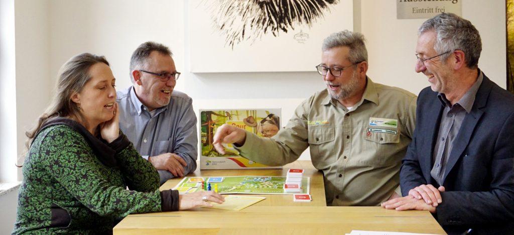 """Stolz präsentieren die Kooperationspartner das Spiel zum Wildnis-Trail """"Spur der Wildnis""""."""
