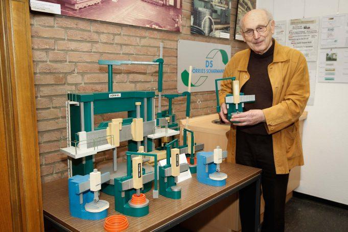 Wilhelm Mausbach mit Maschinenmodellen der Dörries Scharmann AG - Alles für die Dokumentation der Geschichte zur Neuhütte